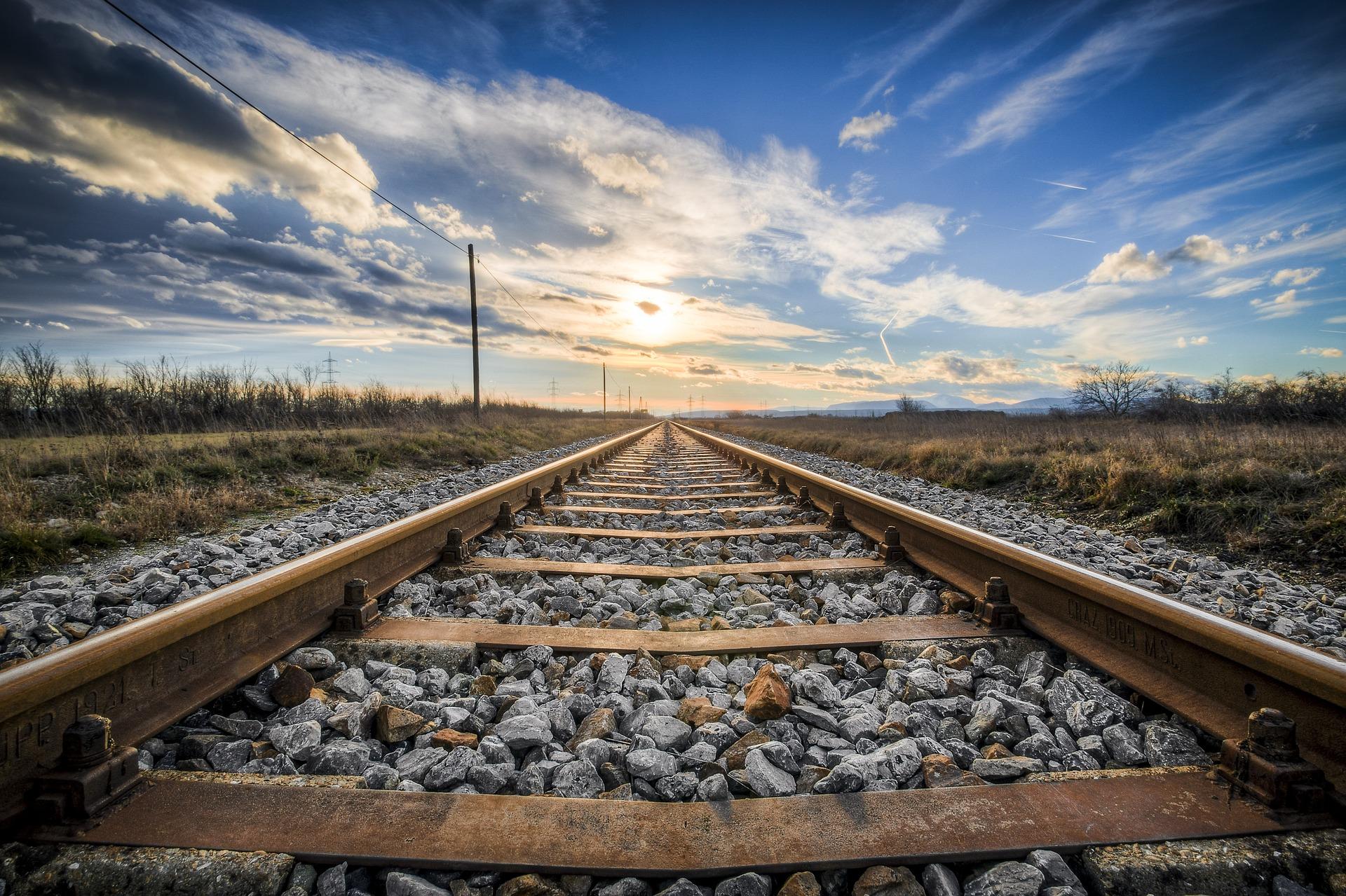 Rails de train au soleil