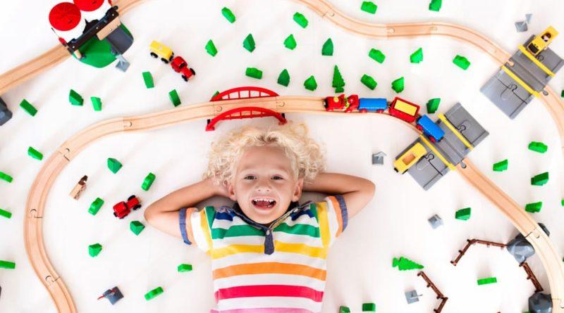 Enfant heureux avec ses trains
